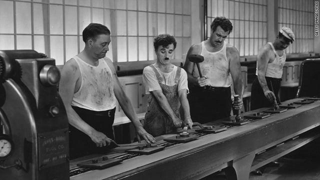 """Cena do filme """"Tempos Modernos"""", de Charles Chaplin, que mostra a realidade da indústria sem automação."""