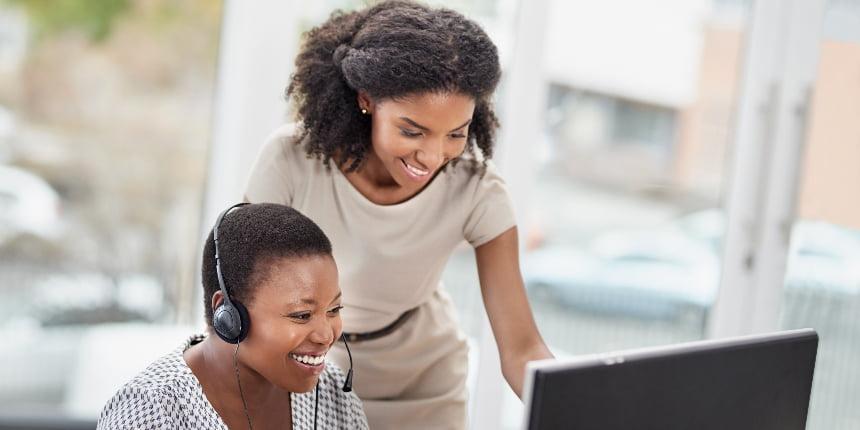 Mulher trabalhando no atendimento ao cliente junto com uma colega