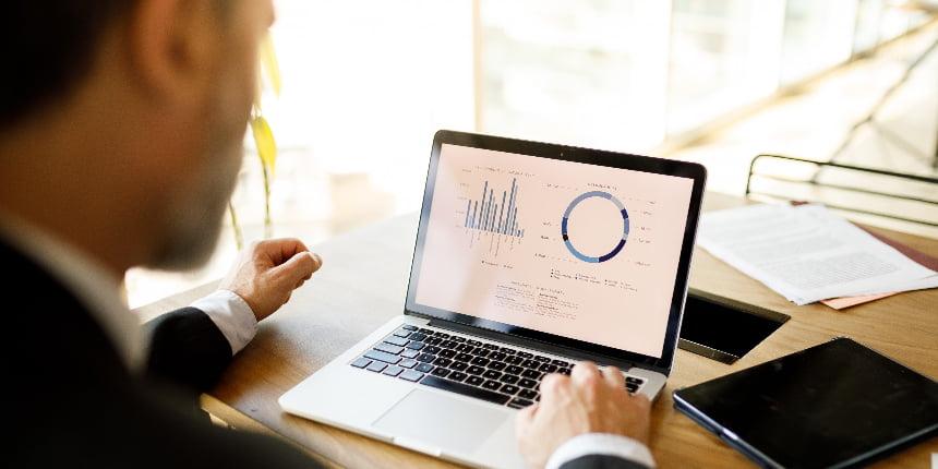 Gerente analisando indicadores financeiros