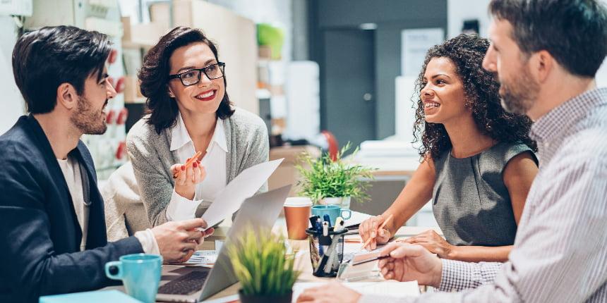 equipe reunida estruturando processo comercial